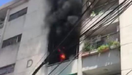 Căn chung cư khoá cửa bốc cháy dữ dội giữa trưa