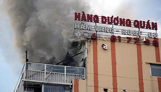 Lửa bốc cháy ngùn ngụt trên nóc cao ốc ở trung tâm Sài Gòn