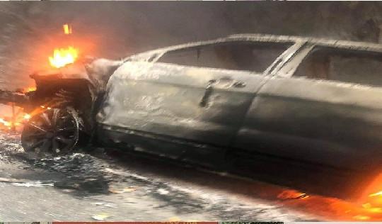 Va chạm với xe bán tải, ôtô 7 chỗ bốc cháy trơ khung