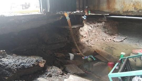 """""""Hố tử thần"""" xuất hiện trong nhà dân do sự cố vỡ đường ống nước sạch"""