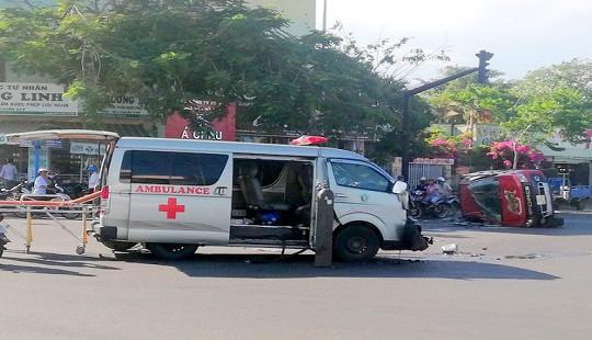 Xe cứu thương tông ôtô bán tải, 3 người bị thương
