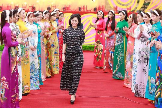 """Trình diễn áo dài """"Hà Nội trong trái tim tôi"""" khai mạc Festival Văn hóa truyền thống Việt"""