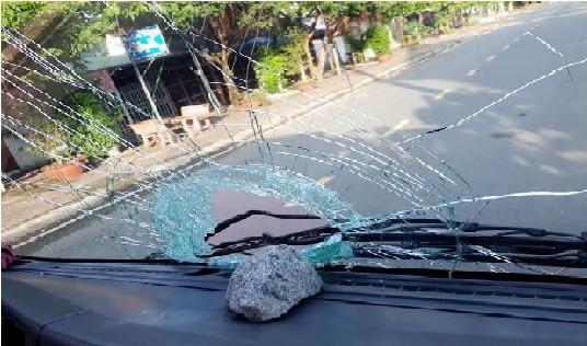 Triệu tập 3 đối tượng ném đá vào ô tô trên đường Hồ Chí Minh
