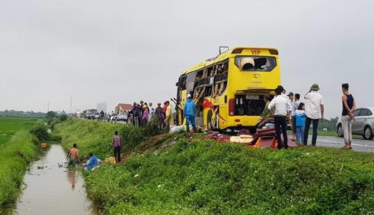 Tai nạn liên hoàn trên cao tốc Ninh Bình - Cầu Giẽ, xe cứu thương lao xuống ruộng