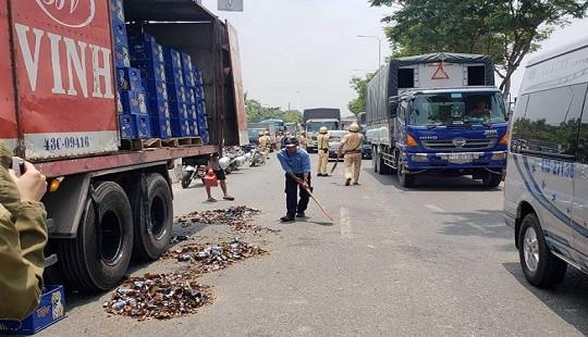 Hàng loạt thùng bia văng ra đường, Quốc lộ 1 ùn tắc nghiêm trọng