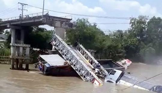 Cầu BOT bất ngờ gãy đôi, kéo theo ba người rơi xuống kênh