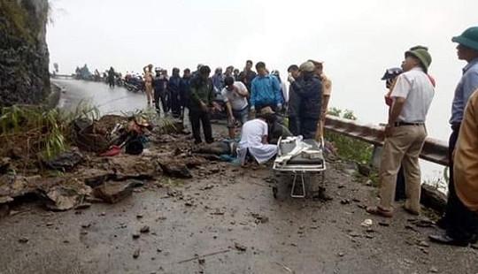 Sạt lở đá ở đèo Mã Pì Lèng, 2 du khách bị thương
