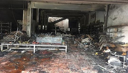 Cửa hàng tạp hóa bị lửa thiêu rụi lúc rạng sáng