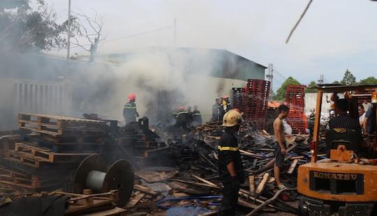 Cháy xưởng gỗ rộng 1000m² giáp ranh Quảng Nam - Đà Nẵng