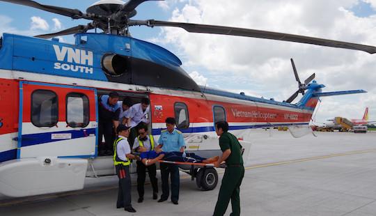 12 tiếng bay căng thẳng đưa bệnh nhân từ Trường Sa về đất liền cấp cứu