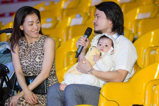 Khoảng khắc đạo diễn của Miss World Việt Nam bế con đi tổng duyệt