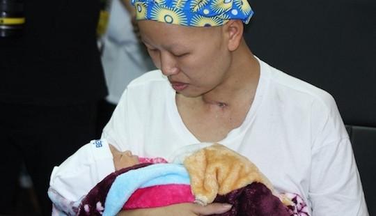 Bé Bình An và người mẹ ung thư giai đoạn cuối được xuất viện