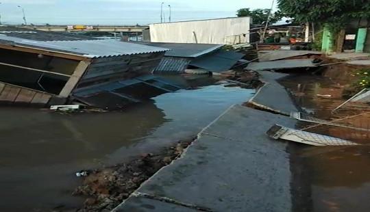 Sạt lở nhấn chìm 5 căn nhà xuống sông lúc rạng sáng