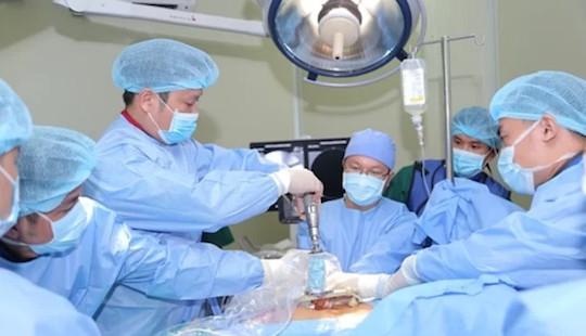 Ứng dụng robot trong phẫu thuật chỉnh gù, vẹo cột sống
