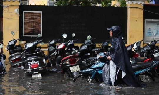 Hà Nội mưa lớn, nhiều tuyến đường lại ngập trong biển nước
