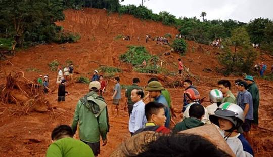 Sạt lở hàng ngàn m3 đất, 3 người trong gia đình bị mắc kẹt