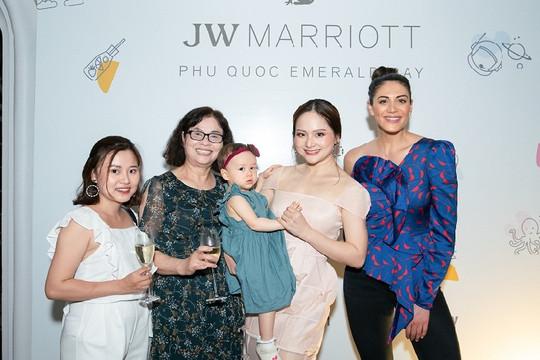 """Khoảnh khắc ấn tượng của """"Nàng dâu oder"""" Lan Phương cùng con gái tại """"Khu nghỉ dưỡng tốt nhất thế giới 2019"""""""