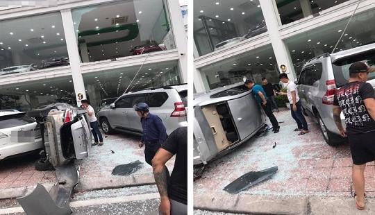 Xe ôtô trong showroom bất ngờ lao từ tầng 2 xuống đất