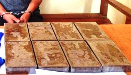 CSGT bắt giữ đối tượng dùng ô tô vận chuyển 8 bánh heroin