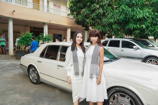 Người đẹp Thủy Tiên đọ sắc bên siêu mẫu Hà Anh