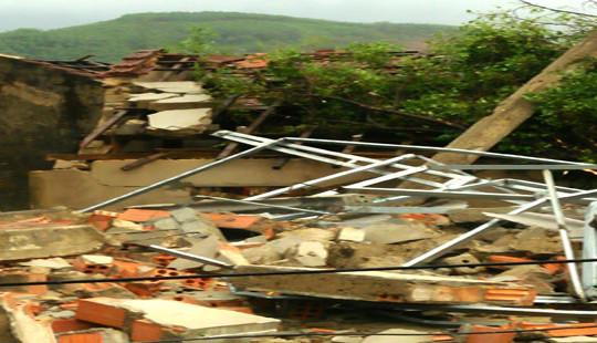 Hà Tĩnh: Bão áp sát, lốc xoáy làm tốc mái hàng chục nhà dân