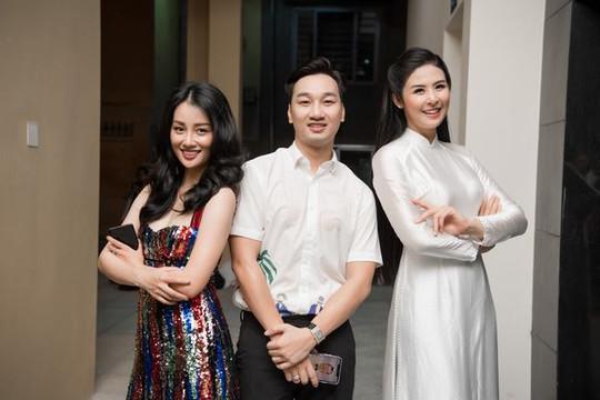 Ngọc Hân hội ngộ MC Thành Trung, Quỳnh Chi khi về thăm trường cũ