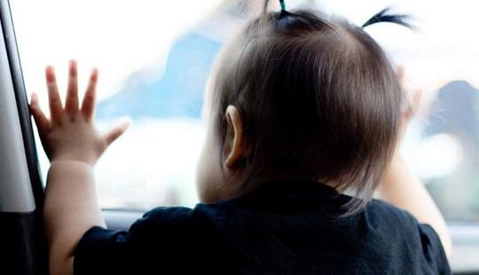 Cháu bé 3 tuổi nghi bị bỏ quên trên xe đưa đón từ sáng đến chiều
