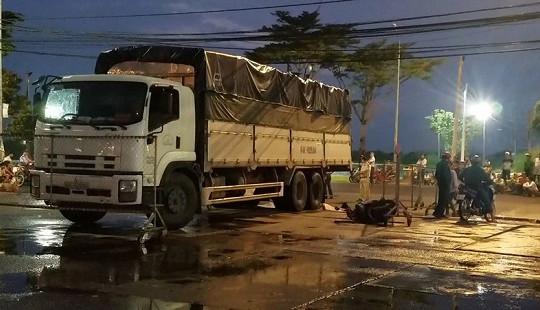 Xe tải tông xe máy ở chợ đầu mối, 3 người thương vong