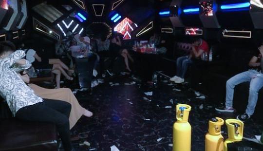 """Phát hiện gần 70 đối tượng """"bay lắc"""" trong quán karaoke"""
