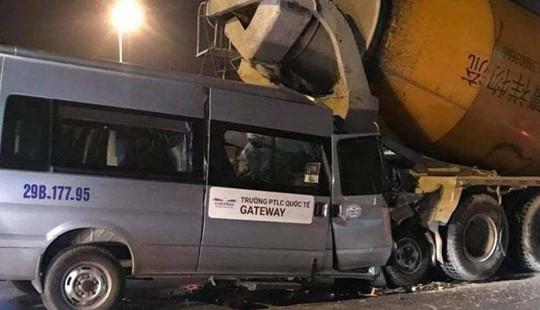 Xe đưa đón của trường Gateway biến dạng sau cú tông đuôi xe bồn