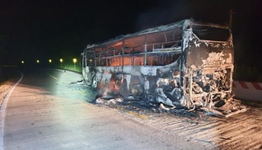 Xe khách bốc cháy ngùn ngụt, hàng chục người tháo chạy