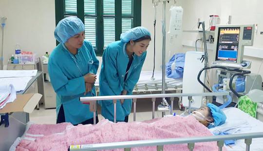 Hoa hậu Đỗ Mỹ Linh trao 300 triệu giúp bệnh nhi ghép tim tìm lại sự sống