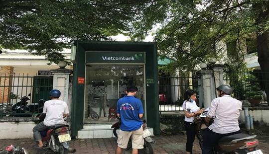 Dùng dao uy hiếp cướp tiền ngay tại cây ATM