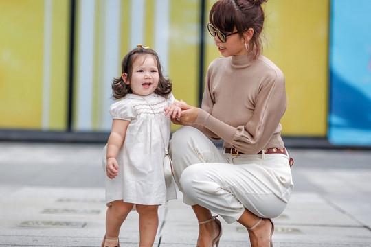 Phong cách thời trang sanh chảnh của mẹ con siêu mẫu Hà Anh khi xuống phố