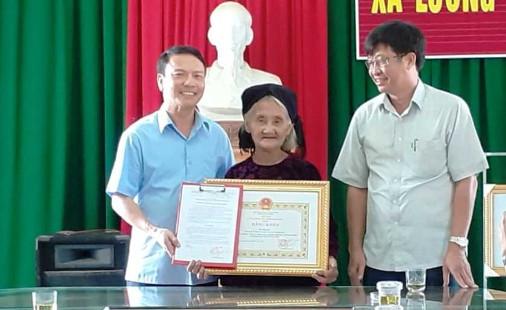 Chủ tịch UBND tỉnh Thanh Hóa tặng Bằng khen cho cụ bà làm đơn xin thoát nghèo