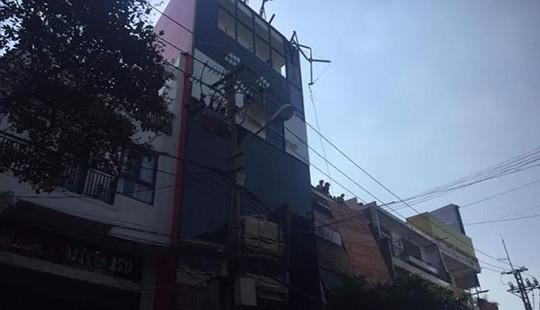 Khối sắt rơi từ tầng 5 khiến 2 người đi đường trọng thương