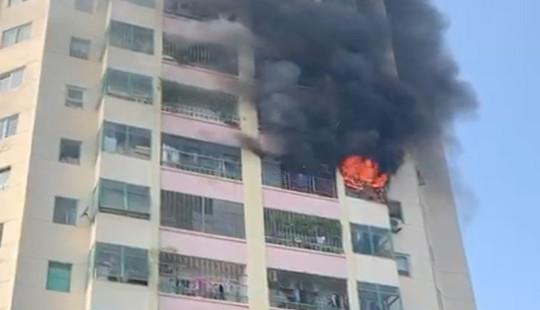 Cháy tầng 10 chung cư, người dân hốt hoảng bỏ chạy xuống dưới