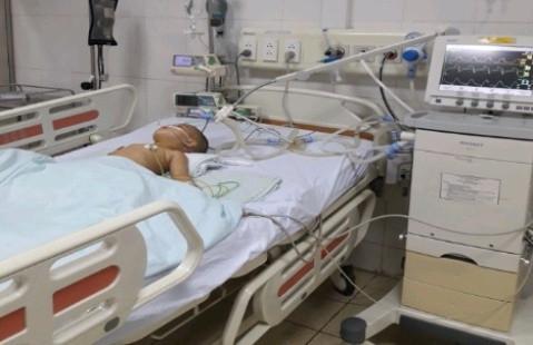 Bé trai 17 tháng tuổi suýt mất mạng vì hóc hạt hướng dương