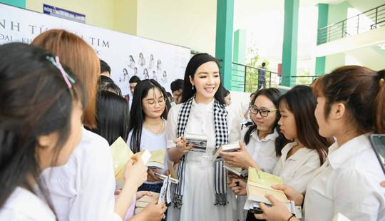 Hoa hậu Giáng My, ca sĩ Minh Hằng rạng rỡ trong vòng vây sinh viên