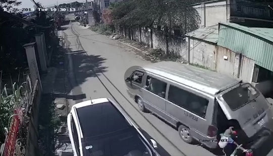 Xe đưa đón bật cửa, hất văng 3 học sinh xuống đường
