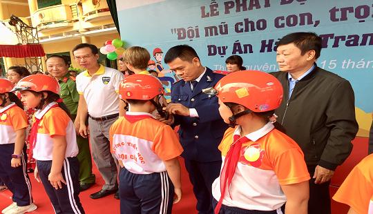 Thái Nguyên: 1.991 Mũ bảo hiểm phát cho học sinh Trường Tiểu học Đội Cấn