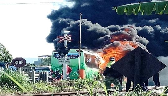 Xe khách bốc cháy dữ dội trên quốc lộ 1A, hành khách hoảng loạn