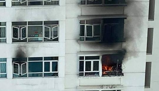 TP.HCM: Căn hộ chung cư cháy ngùn ngụt, cư dân hốt hoảng tháo chạy