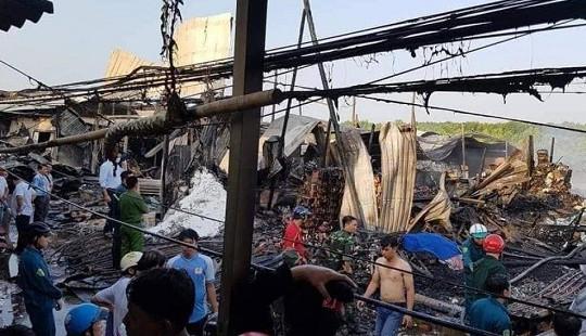 Cà Mau: Cháy lớn thiêu rụi 12 nhà dân, 1 bé gái tử vong