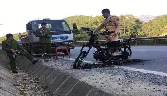 Bị yêu cầu dừng xe kiểm tra, nam thanh niên châm lửa đốt xe máy