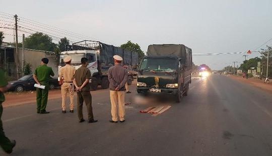 Nhặt khúc củi trên đường, người đàn ông bị xe tải tông tử vong