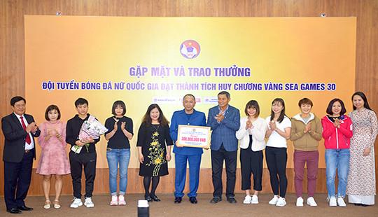 Ban Vì sự tiến bộ của phụ nữ TANDTC trao thưởng đội tuyển bóng đá nữ Quốc gia