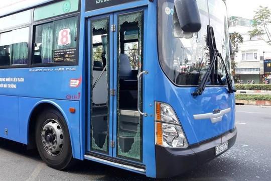 Truy tìm 6 đối tượng dùng mã tấu tấn công xe buýt ở TP HCM