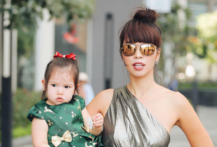 """Siêu mẫu Hà Anh """"rủ"""" con gái chụp Streetstyle dạo phố mùa Lễ hội"""