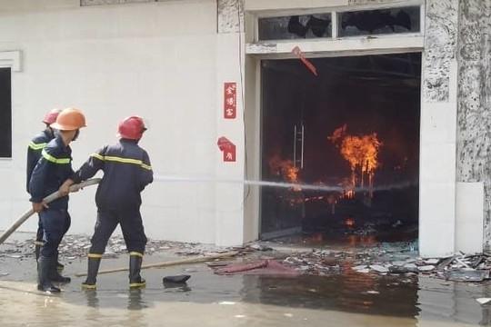 Xưởng gỗ bốc cháy dữ dội, công nhân bỏ chạy